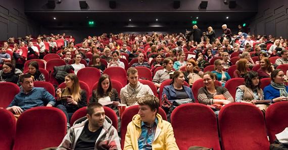 A közönség már alig várja, hogy elkezdődjön a vetítés