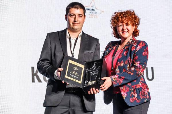 Rácz Brigitta átadja a díjat