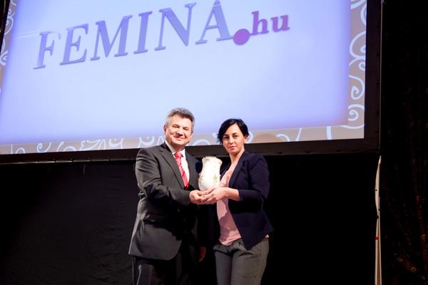 Fehér Ági, a Femina.hu vezető szerkesztője átveszi a díjat