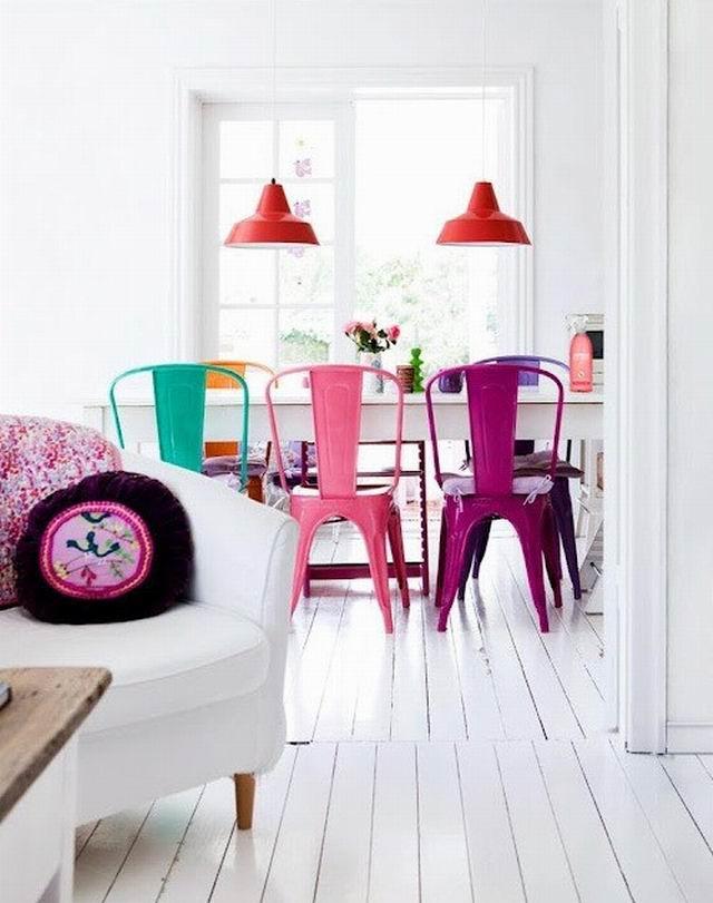 Csináld magad: színes székek az étkezőben