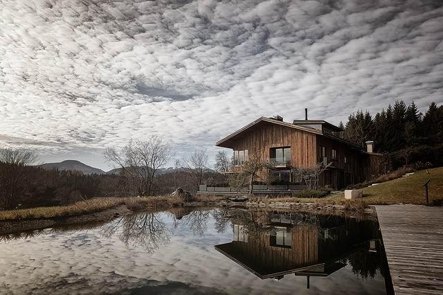 Óriás hegyek között: egy tiroli és egy svájci faház