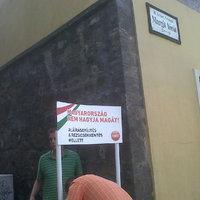 Aláírást gyűjt a Fidesz a templom mellett