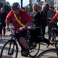 Kósa Lajos fehér biciklin belovagol Budapestre