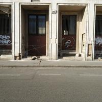 Szögesdróttal védik a korábbi MSZP-székházat a hajléktalanoktól