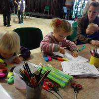 Höcögnek és kézműveskednek a gyerekek