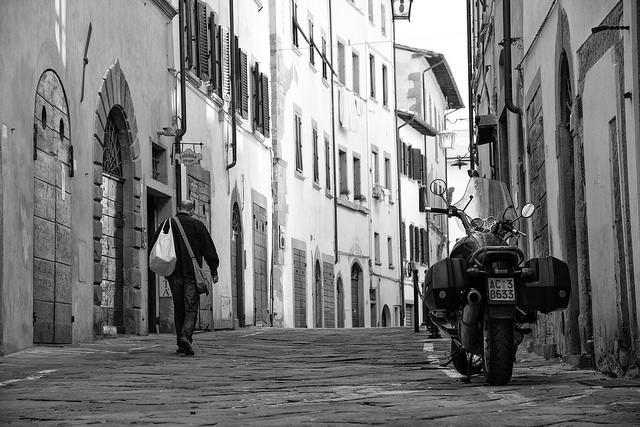 férfi_sétál_az_utcán.jpg
