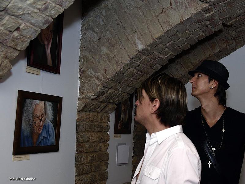 kertesz29-galeria-kep-a-falon-kiallitas-12.jpg
