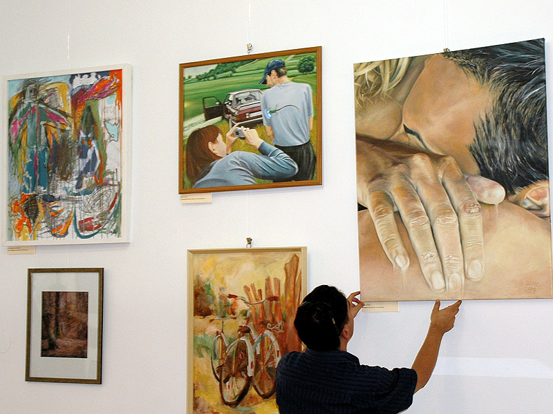 kertesz29-galeria-kep-a-falon-kiallitas-5.jpg