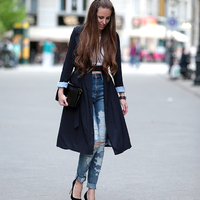 Elegant trench coat with ripped jeans