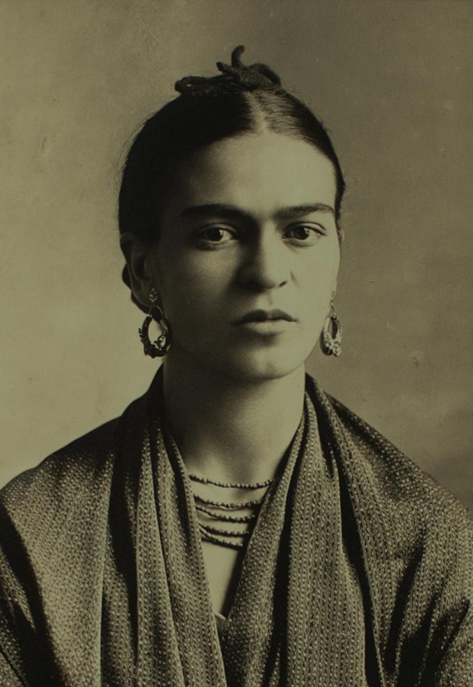 frida_kahlo_1932_fotografia_di_guillermo_kahlo_alamy_archives.jpeg