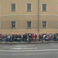 Döbbenetes tömeg vár ételosztásra (+Fotók)