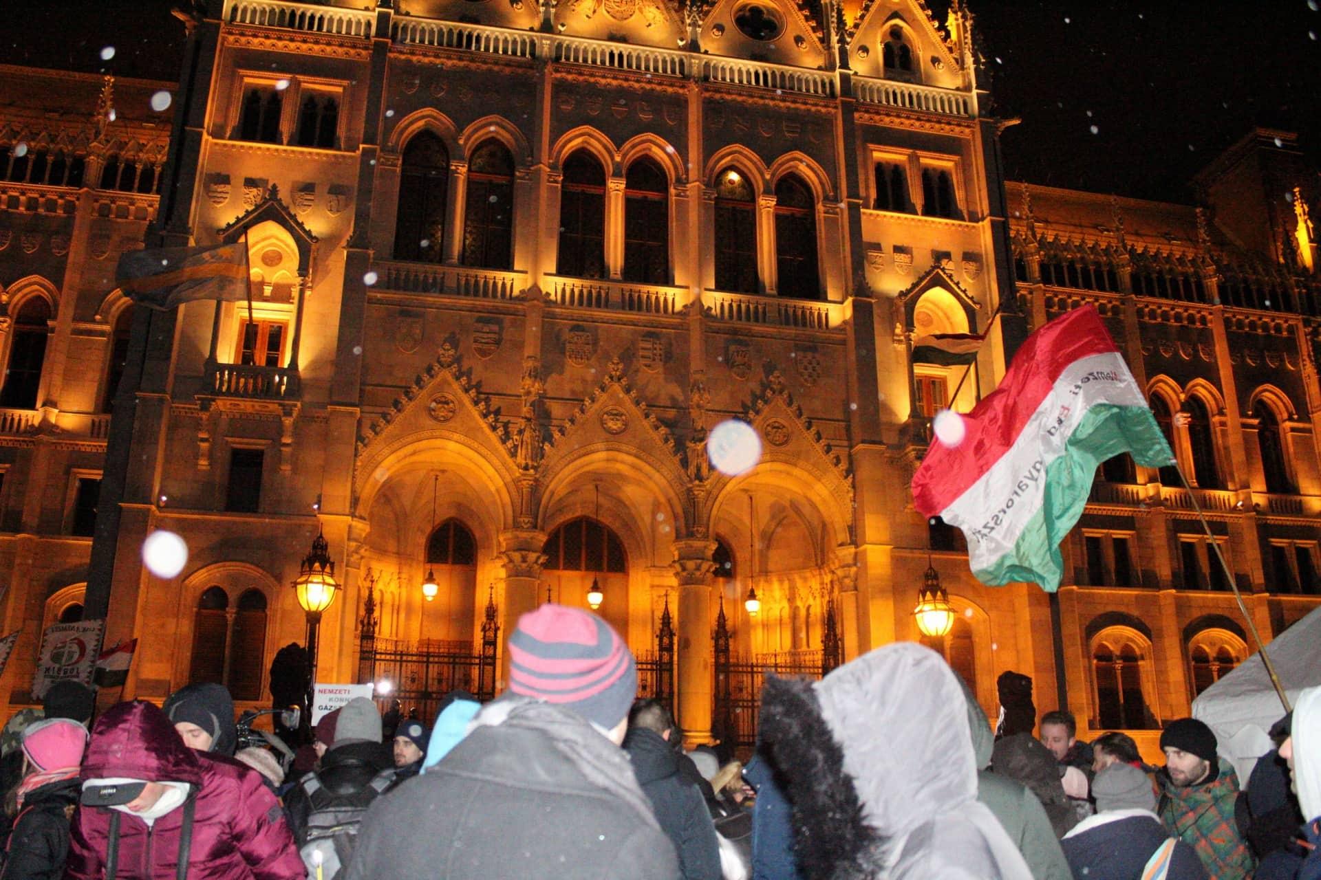 rabszolga_torveny_elleni_tuntetes_kossuth_ter_magyar_zaszlo_hoeses_politika_demonstracio_2018_december.jpg