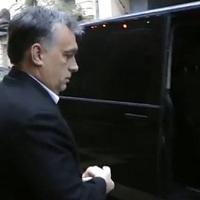Amidőn Orbán beszállt a kisbuszba - pillnatfelvétel a bukásról