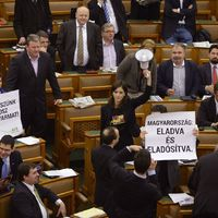 Az egyetlen férfi a Parlamentben!