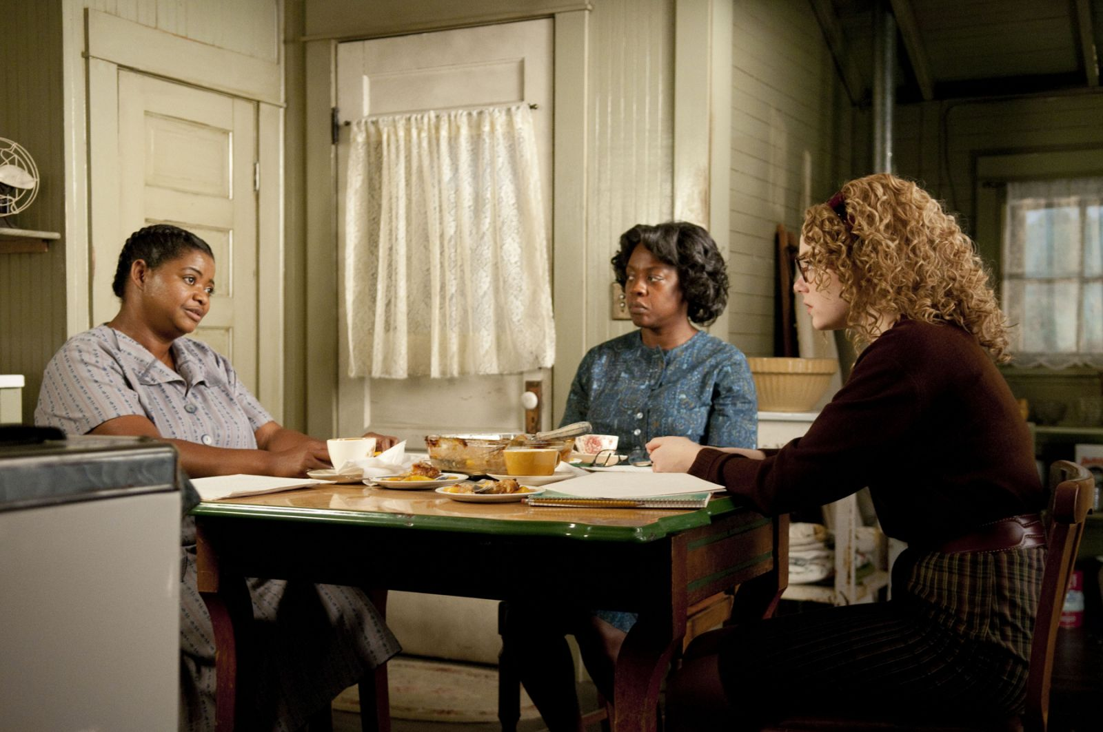 in-jackson-mississippi-in-1963-minny-jackson-octavia-spencer-left-aibileen-clark-academy-award-nominee-viola-davis-center-and-skeeter-phelan-emma-stone-right-form-an-improbable-alliance-resulting-in-a-remarkable-siste-15.jpg