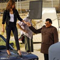 A drogbáró lesegíti az ügynöknőt az autóról