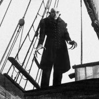 Bréking Nyúz: Készül a Nosferatu remake. Paul Greengrass ismét kemény témához nyúl. Josh Brolint ki kellett vágni a Suburbiconból. Képek a Pillangó remakeből. Forog a Mamma Mia! 2.