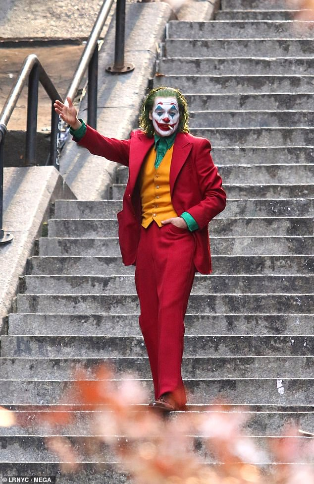 6918906-6452841-joker_farewell_joaquin_phoenix_is_spotted_in_one_of_the_final_ph-a-37_1543792020485.jpg