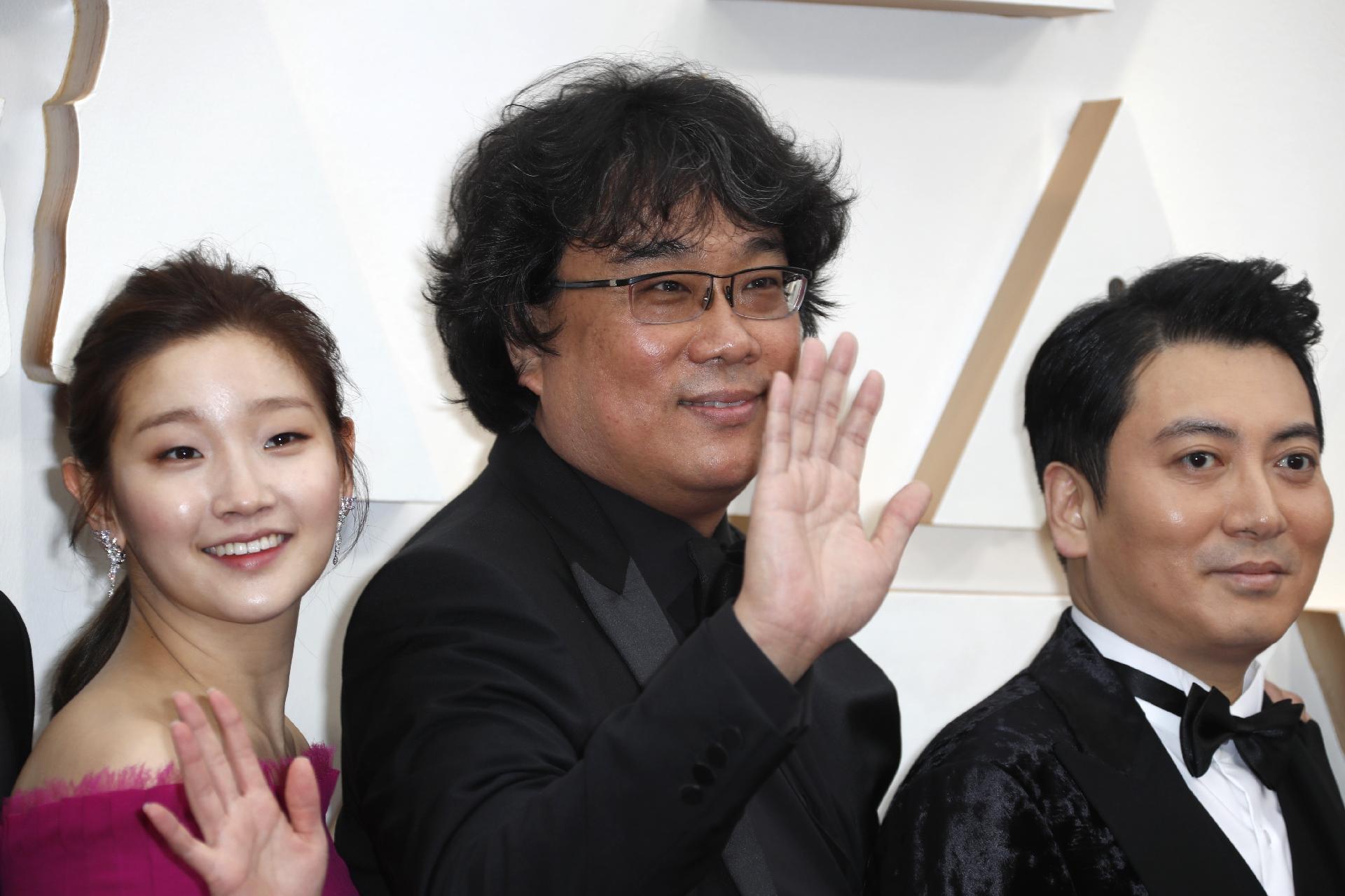 bong-joon-ho-diretor-de-parasita-posa-no-tapete-vermelho-durante-a-chegada-a-cerimonia-do-oscar-2020-em-hollywood-1581288154943_v2_1920x1279.jpg