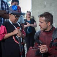 Megindító fotókon Deadpool találkozása beteg gyerekekkel