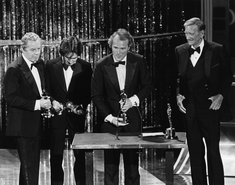 Michael Deeley, Michael Cimino, Barry Spikings producerek és John Wayne 1979. április 9-én este a Dorothy Chandler Pavilion-ban. Photo: @oscars.org