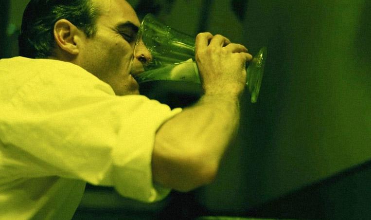 the-master-kritika-elemzes-joaquin_phoenix-alkohol-pia.jpg
