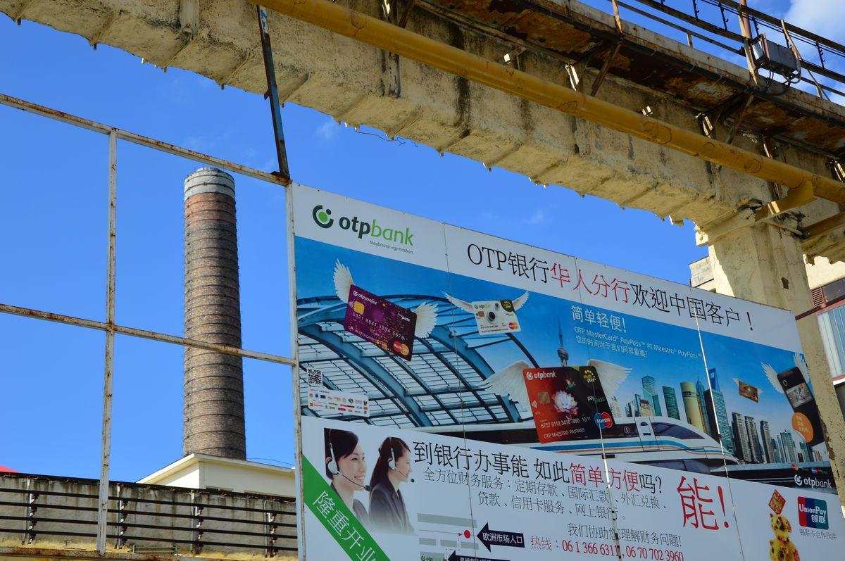 A telep területén nem csak piac működik, de komoly infrastruktúra épült ki. Például: kínai OTP.