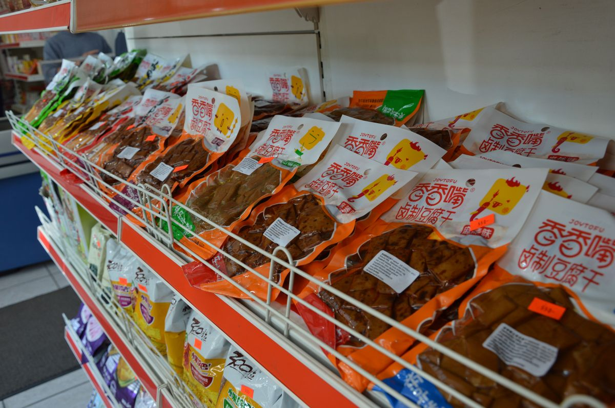 Ázsiai termékekkel teli bolt is működik a telepen. Az áruk többségén angol felirat is van, így az utcáról betévedő nemkínaiak sem érezhetik magukat (annyira) elveszve.