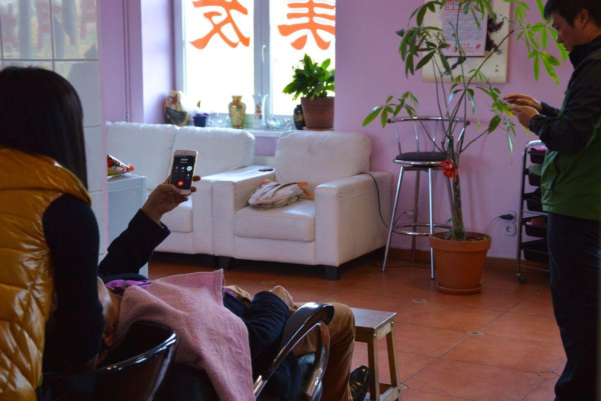 Amíg vártuk, hogy kifőjenek (?) a húsos táskák, körülnéztünk az emeleten. Működik itt többek közt kínai ügyvédi iroda, utazási iroda, masszázsszalon és fodrászat is. A képen épp hajmosás zajlik.