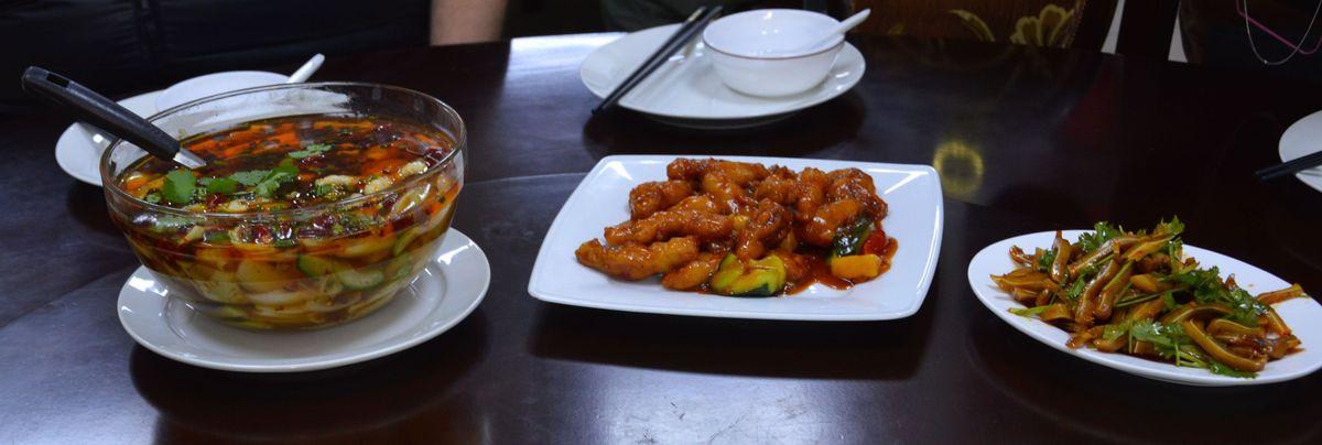 A túra ebéddel zárult, ahol az autentikus(abb) kínai ízekből kaptunk demonstrációt. Az, hogy egy kínai piacon van kínai étterem, egyébként nem magától értetődő: nagyon sokáig nem engedélyezték az illetékes hatóságok, hogy itt gasztronómiai egységek létesüljenek.