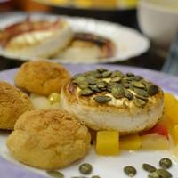 Karácsonyi vacsora 1. - Tökmagos / bacon-be göngyölt camembert sajt trópusi gyümölcságyon
