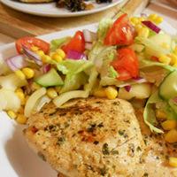 Zöldfűszeres rostoncsirke salátaágyon