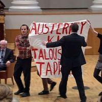 Tüntetők az EU-elnök rendezvényén
