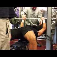 Fekvenyomó verseny: Testépítő vs. Amerikai futball játékos