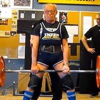 91 éves férfi az erőemelő bajnokságon