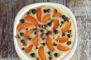 Joghurtos őszibarackos zabkása friss gyümölcsökkel, magokkal