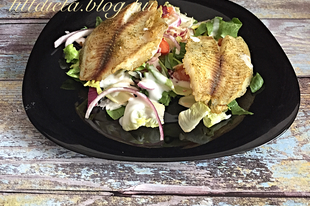 Tilápia friss salátával