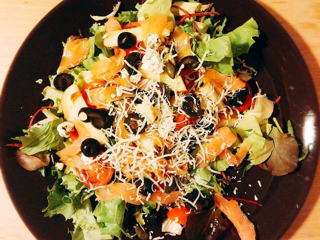 Füstölt lazacos saláta