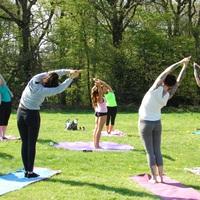 Szabadtéri jóga és edzések a Flórián téren