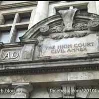 Rasszista padok egy bíróság előtt