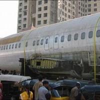 Elhagyott repülő az utcán