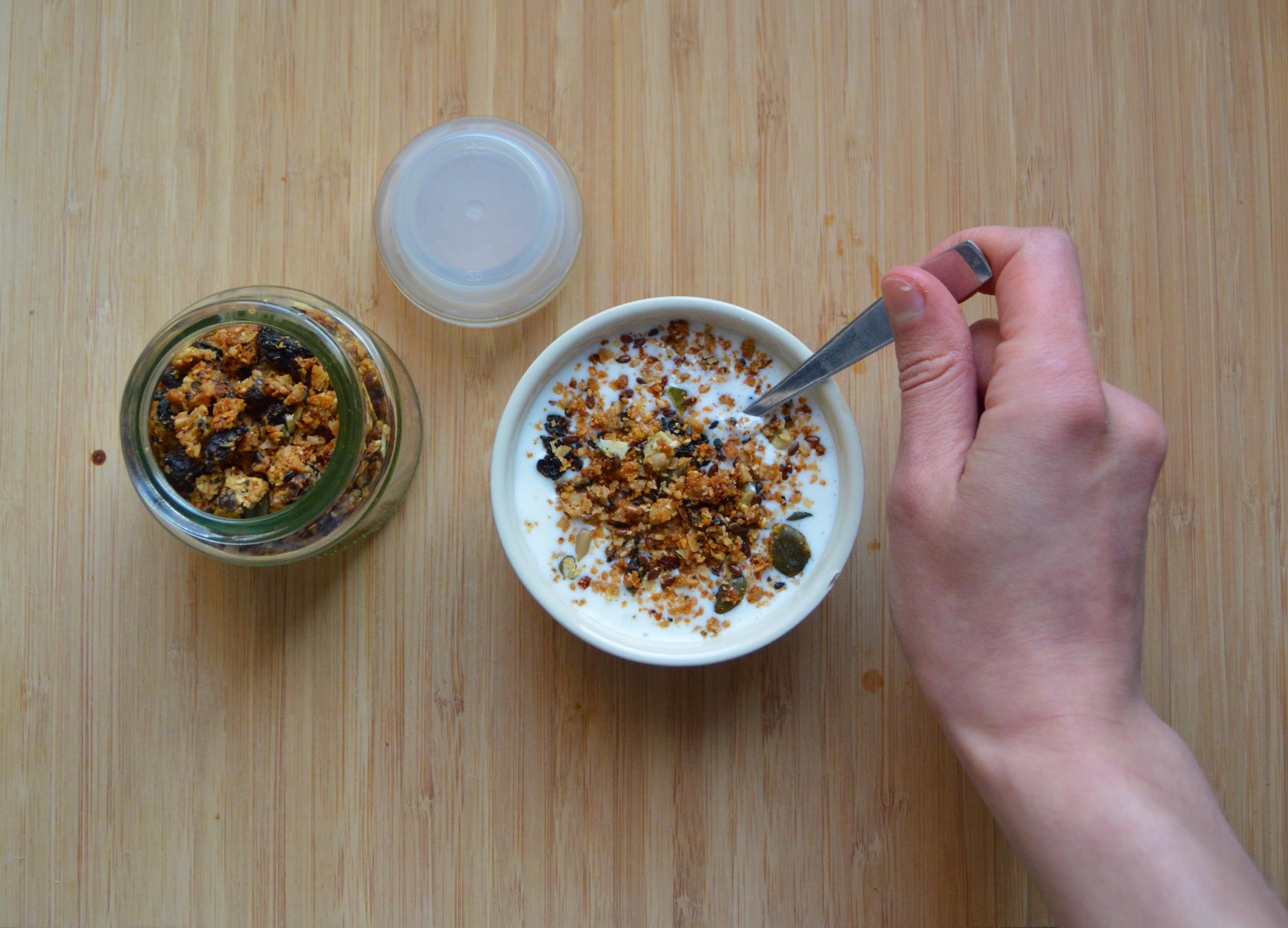 Granola joghurt reggeli