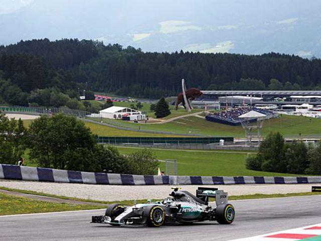F1 Rosberg kezdett legjobban, Vettel Ferrarija előbb megállt, majd délutánra feléledt