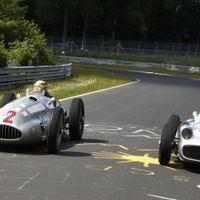F1 Hamilton és Rosberg történelmi utazása (Videóval)