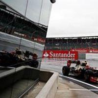 F1 Grosjean az élen az esős silverstone-i első szabadedzésen