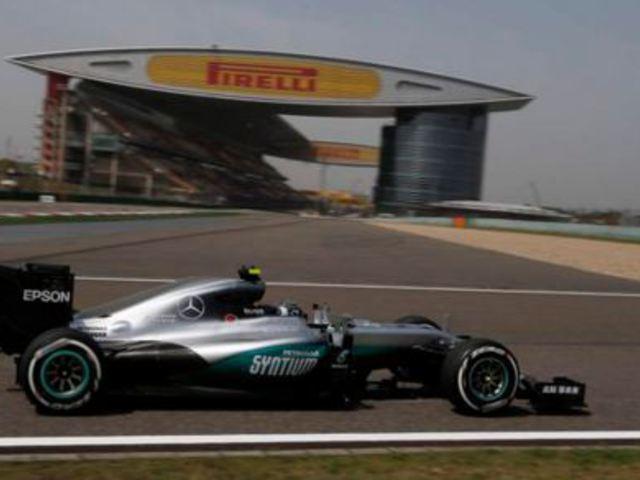 F1 Rosberg zárt az élen a megszakításokkal teli első edzésen, Kínában