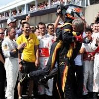F1 Grosjeant mindenki megtapsolta az enstone-i gyárban
