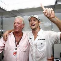 F1 A McLaren a rajongókkal együtt Button édesapja emléke előtt tiszteleg Silverstone-ban