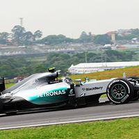 F1 A Mercedes pilótái egymásra licitáltak a pénteki szabadedzéseken