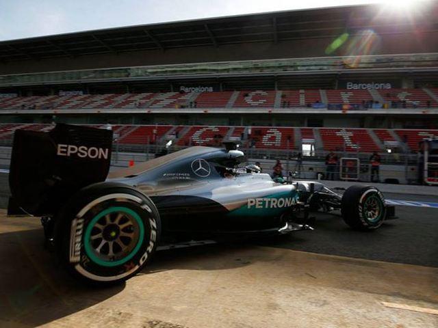 F1 A Mercedesnél ráléptek a gázra, Rosberg az élen a teszthét első napján